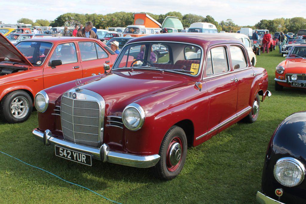 Mercedes-Benz-180-W120-Ponton-Saloon-542-YURMercedes-Benz-W113-1024x683